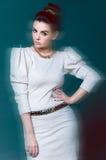 Красивое брюнет в белой юбке Стоковые Фотографии RF