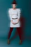 Красивое брюнет в белой юбке Стоковое фото RF