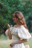 Красивое брюнет в винтажном платье Славная маленькая девочка в cl Стоковая Фотография RF
