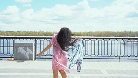 Красивое брюнет в платье идет на обваловку около реки сток-видео