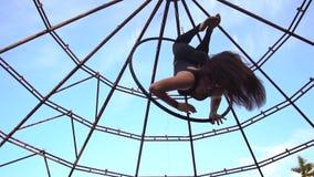 Красивое брюнет в сводах в кольце и эффектных выступлениях акробатики выставок опасных воздушных акции видеоматериалы