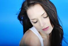 Красивое брюнет девушки с длинними волосами с закрытым глазом Стоковые Изображения RF