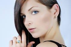 Красивое брюнет девушки с длинними волосами Стоковое Изображение RF