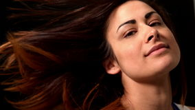 Красивое брюнет меча ее волосы акции видеоматериалы