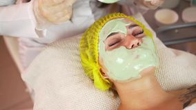 Красивое брюнет получая лицевую обработку на курорте здоровья сток-видео