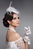 Красивое брюнет, портрет элегантной женщины Ретро дама с волосами Стоковая Фотография RF