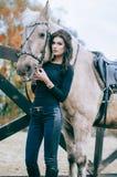 Красивое брюнет представляя около куска на злобном ранчо Фото образа жизни способ простыни кладет детенышей белой женщины фото об Стоковая Фотография