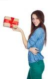 Красивое брюнет при длинные волосы изолированные на белой предпосылке с подарочной коробкой в руках Стоковые Фото