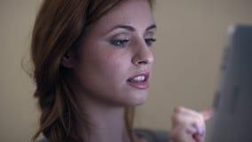 Красивое брюнет смеясь над и используя таблеткой сток-видео