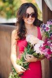 Красивое брюнет с букетом розовых цветков стоковая фотография rf