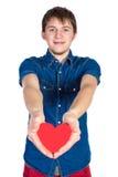 Красивое брюнет укомплектовывает личным составом держать красное сердце, изолированное на белой предпосылке стоковая фотография