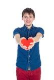 Красивое брюнет укомплектовывает личным составом держать красное сердце, изолированное на белой предпосылке Стоковые Фото