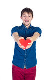 Красивое брюнет укомплектовывает личным составом держать красное сердце, изолированное на белой предпосылке Стоковые Изображения