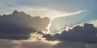 Красивое бурное унылое облачное небо над английской сельской местностью приземляется Стоковые Фото