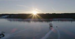 Красивое воздушное видео замороженного озера льда в Швеции, Скандинавии акции видеоматериалы