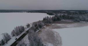 Красивое воздушное видео замороженного озера льда и дорога в Швеции, Скандинавии акции видеоматериалы
