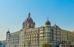 Красивое ворот Индии около гостиницы дворца Taj на гавани Мумбай с много мол на Аравийском море стоковые изображения