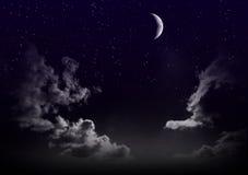 Красивое волшебное голубое небо с облаками и луной и звездами на closeupr ночи Стоковые Фото
