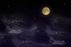 Красивое волшебное голубое небо с облаками и fullmoon и звезды на closeupr ночи Стоковое Изображение RF