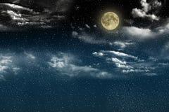 Красивое волшебное голубое ночное небо с облаками и fullmoon и звездами Стоковые Фотографии RF