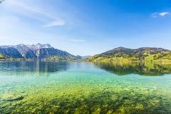 Красивое высокогорное озеро Attersee с кристаллической водой Стоковое Изображение