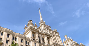 Красивое высокое здание, небоскреб Сталина на предпосылке части здания гостиницы Украины против голубого s Стоковая Фотография RF