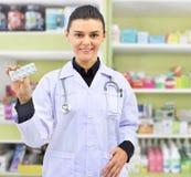 Красивое владение аптекаря прокладка медицины в аптеке фармации Стоковые Изображения