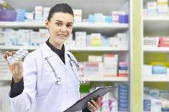 Красивое владение аптекаря прокладка медицины в аптеке фармации Стоковое Изображение