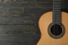 Красивое 6 - гитара строки классическая на деревянной предпосылке стоковое фото