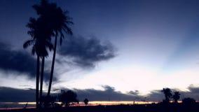 Красивое голубое небо серебристое с облаками, приходит покрыть ночу Стоковые Изображения RF