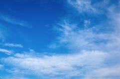 Красивое голубое небо с ваткой облаков абстрактная предпосылка Стоковое фото RF