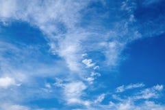 Красивое голубое небо с ваткой облаков абстрактная предпосылка Стоковое Изображение