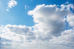 Красивое голубое пасмурное небо утра с солнцем за облаками Стоковое Изображение RF