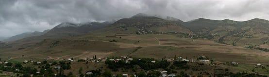 Красивое горное село Панорамный взгляд больших гор Зеленые горы Talysh Азербайджан, Yardymli стоковая фотография rf