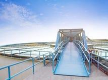 Красивое голубое небо завода waterworks окружающей среды в тяжелом indu Стоковые Фотографии RF