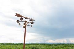 Красивое голубое небо с компасом для навигатора Стоковое фото RF