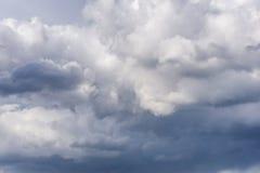 Красивое голубое небо с облаками на заходе солнца небо предпосылки пасмурное Стоковая Фотография RF