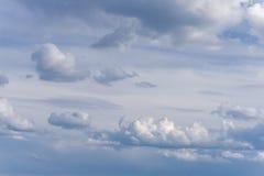 Красивое голубое небо с облаками на заходе солнца небо предпосылки пасмурное Стоковая Фотография