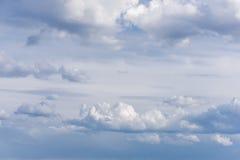 Красивое голубое небо с облаками на заходе солнца небо предпосылки пасмурное Стоковое Фото