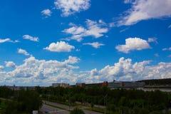 Красивое голубое небо с облаками над улицей города Стоковая Фотография RF