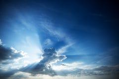 Красивое голубое небо с облаком и лучами солнца Стоковая Фотография