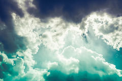 Красивое голубое небо с пасмурным против предпосылки голубые облака field wispy неба природы зеленого цвета травы белое Outdoors  Стоковое фото RF