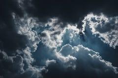Красивое голубое небо с пасмурным против предпосылки голубые облака field wispy неба природы зеленого цвета травы белое Outdoors  Стоковое Изображение