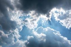 Красивое голубое небо с пасмурным против предпосылки голубые облака field wispy неба природы зеленого цвета травы белое Outdoors  Стоковое Изображение RF