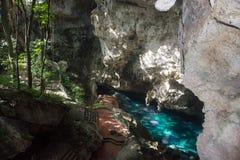 Красивое голубое озеро в пещере горы глубокой с платформой просмотра Стоковое Фото