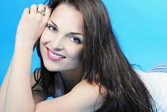Красивое грациозно брюнет девушки с длинними волосами Стоковое Изображение RF