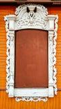 Красивое деревянное окно с картиной яркой оранжевой предпосылки, закрытое окно с планками металла В лете Стоковое фото RF