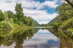 Красивое естественное итальянское озеро на летний день Стоковые Фото
