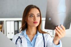 Красивое женское владение доктора в изображении рентгеновского снимка руки Стоковое Фото