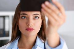 Красивое женское владение доктора в руке и взгляде Стоковое Изображение